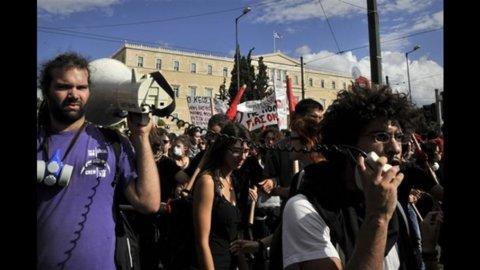 Aiuti alla Grecia, nuovo rinvio della Ue. La corsa per evitare il default