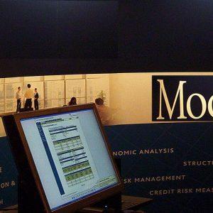 Moody's taglia il rating di Eni, Poste, banche e non solo