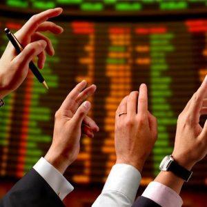 La Borsa chiude il 2011 in rialzo, lo spread vola oltre i 500 punti base