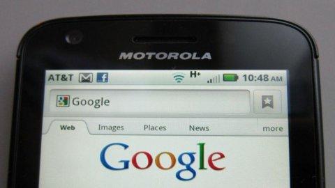 Apple battuta da Motorola in Germania: violati due brevetti, rischia blocco vendite. E Google ride..