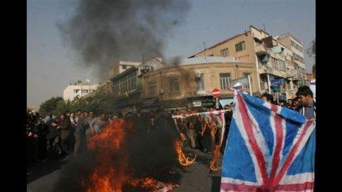 Iran, assalto all'ambasciata inglese