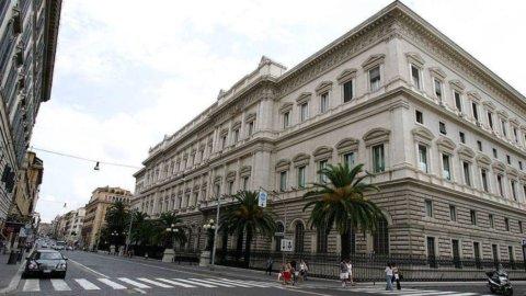 Patto Bankitalia-banche contro la stretta del credito: io do l'oro a te e tu acquisti Btp