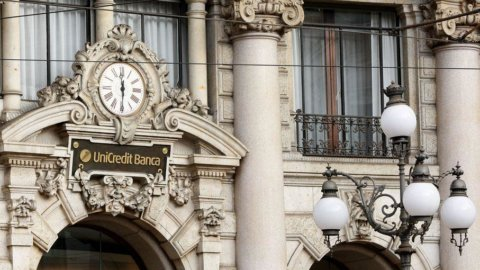 Unicredit fa il prezzo all'aumento di capitale: sconto del 43% ma scivolone in Borsa