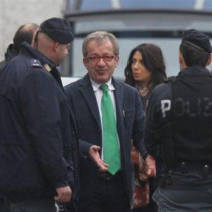 Bossi sospende Maroni dalla Lega