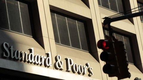 Grecia, S&P alza il rating: il rischio default è calato