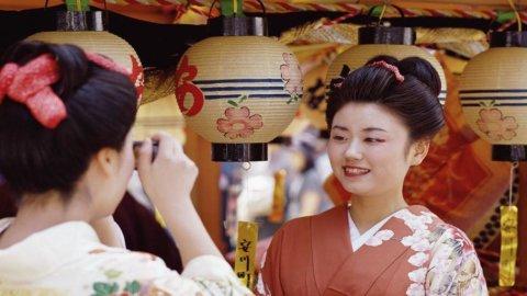 Giappone: cala a sorpresa la produzione industriale, ma tornano a crescere i consumi