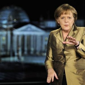 Merkel bifronte: austera in Europa e morbida in Germania