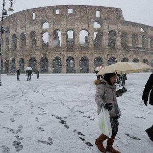 Neve e gelo, ancora disagi in tutta Italia: nevica nella Capitale ed è subito caos