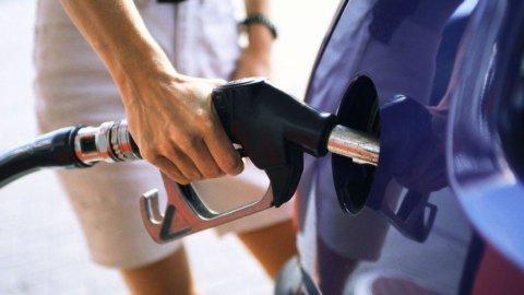 Benzina sale ancora: verde a quota 1,8 euro al litro, diesel a 1,73