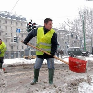 Neve e gelo in tutto il Centro: a Roma è allerta. Tormente in Abruzzo, altre vittime
