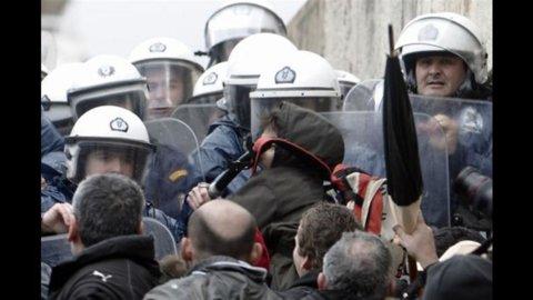 Grecia: scontri davanti al Parlamento, block bloc con molotov, 12 edifici in fiamme, stasera il voto