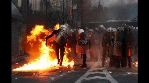 Atene brucia, il piano anticrisi passa. Scontri e manifestanti davanti al Parlamento