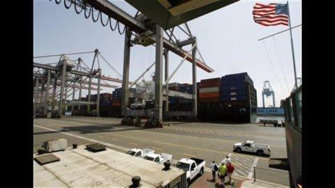 Usa: disoccupazione stabile all'8,3%, deficit commerciale ai massimi da tre anni a 52 miliardi
