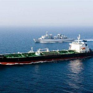 Taranto, una nave in uso all'Ilva perde 20 tonnellate di carburante in mare
