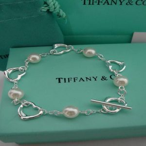 Tiffany: utili trimestrali +16%, superate le attese degli analisti