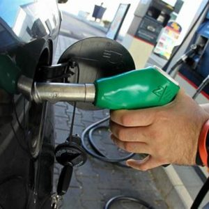 Benzina, finalmente calano i prezzi: Eni fa da apripista