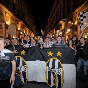 Juve-Atalanta, festa scudetto con Del Piero che alza il trofeo tricolore per l'ultima volta