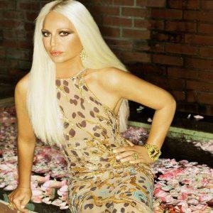 Tutti pazzi per Versace: dall'ex azionista di Tiffany ai padroni di Valentino, ecco i pretendenti