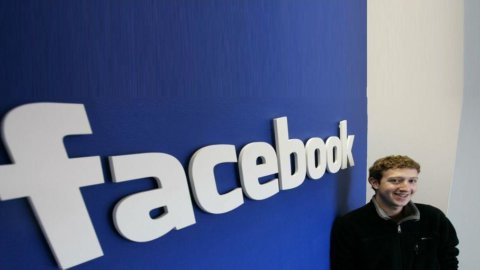 Facebook, idea smartphone: chiamati ex ingegneri di Apple. L'alternativa è rilevare il Blackberry