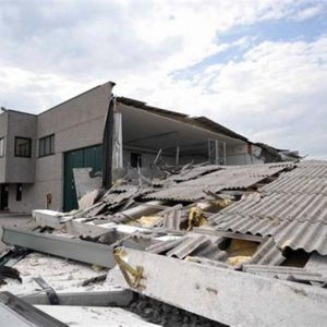 Emilia, un'altra scossa intorno alle 13: trema tutto il Nord Italia, vittime e danni. Stop ai treni