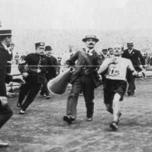 OLIMPIADI – Nel 1908 Dorando Pietri vince la maratona ma viene squalificato e diventa leggenda