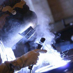 Indagine Mediobanca su grandi e medie imprese: l'industria vede la ripresa, il terziario soffre
