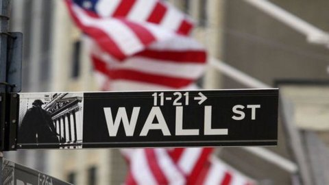 Wall Street al record, Brexit frena la sterlina