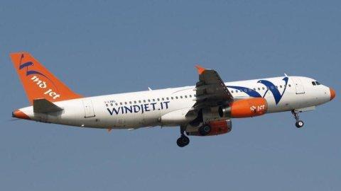 Alla compagnia aerea low cost Windjet restano 24 ore per trovare accordo con Alitalia