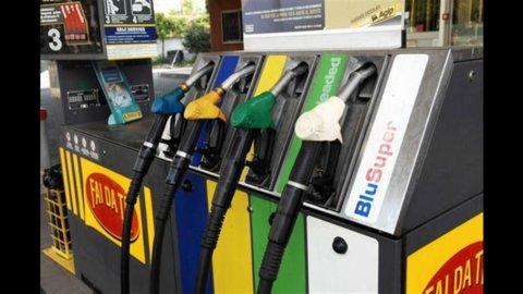 Benzina, Ferragosto bollente: domani aumentano le accise di +0,51 centesimi