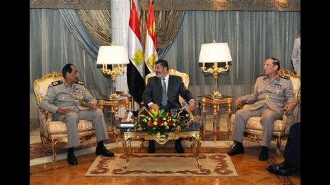 Egitto, Morsi scacco ai militari e dal Qatar arrivano 2 miliardi di dollari