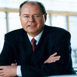 GERMANIA – Chi è Steinbrück, pupillo di Schmidt e uomo del rigore, scelto da SPD per sfidare Merkel