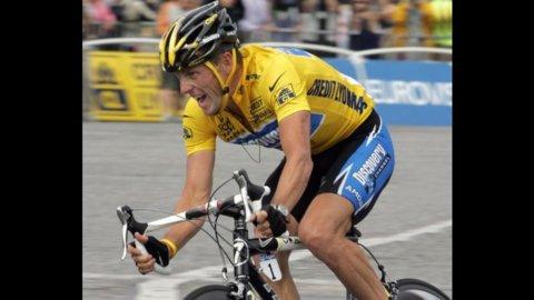Ciclismo, l'Uci toglie a Lance Armstrong tutti i titoli vinti dal 1998 al 2005