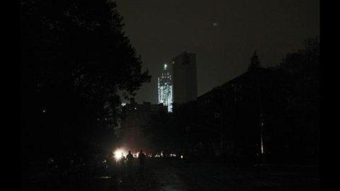 Uragani sulla Borsa: Sandy blocca Wall Street a Milano Berlusconi affonda Piazza Affari e lo spread