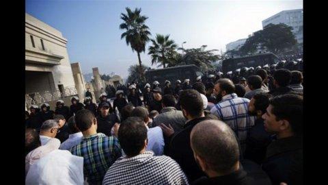 Egitto: divampa la protesta, Morsi fugge dal palazzo presidenziale