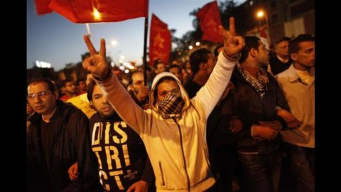Egitto nel caos, Morsi concede poteri di polizia all'esercito
