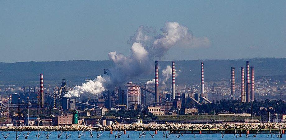 """Ilva, sindacati: """"No ai licenziamenti"""" e cambiare il piano"""