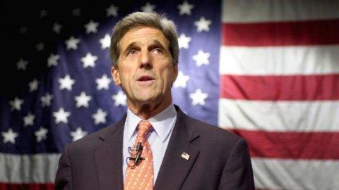 Usa-Iran, storica stretta di mano tra Kerry e Zarif: accordo sul nucleare possibile entro un anno