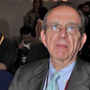 Ue, Padoan: l'Italia non metterà in discussione il deficit al 3%