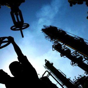 Petrolio ai minimi da quattro anni