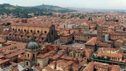 Il caso bolognese, che cosa c'è dietro la richiesta di abiura ai nuovi renziani (sindaco incluso)
