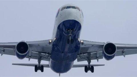 Trasporto aereo: Iata, utili in calo nel 2013, ma trend miglioramento continua anche nel 2014