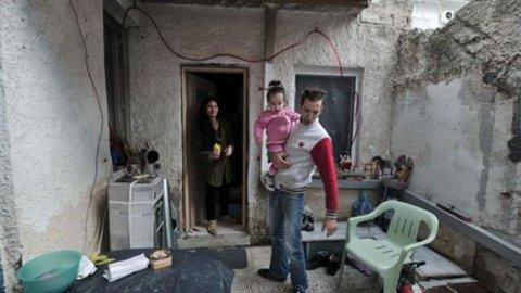 Grecia, ammalarsi per guarire dalla crisi: per accedere ai sussidi i poveri si autoiniettano l'Hiv