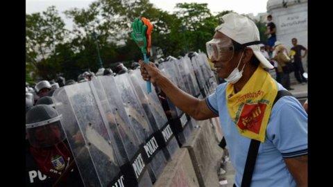 Thailandia, i moti di piazza si estendono e il governo è in bilico