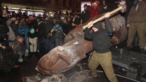 Ucraina in piazza: abbattuta a Kiev la statua di Lenin