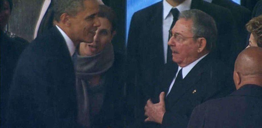 Funerali Mandela, storica stretta di mano Obama-Castro