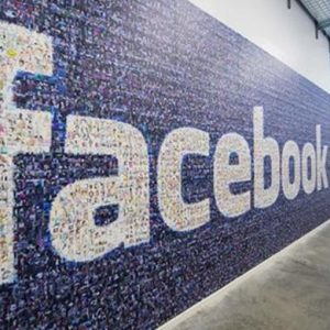 Facebook, prosegue il crollo. Zuckerberg paga il costo della privacy