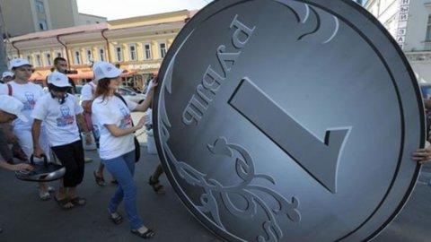 Russia: via alle sanzioni, rublo ai minimi sul dollaro