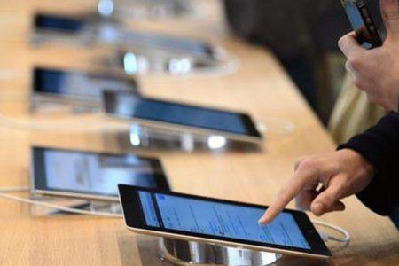 Huawei, boom di smartphones. Samsung rinvia quello pieghevole