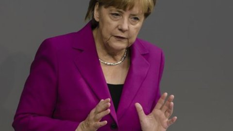 Merkel: guerra all'Isis, ma sì ai migranti