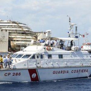 Costa Concordia: addio al Giglio, il relitto trasportato a Genova